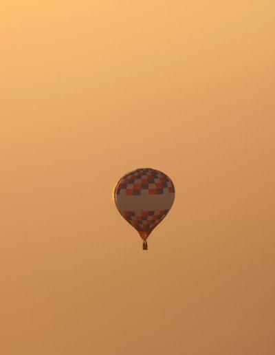 1 balon na tle pom nieba